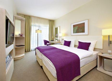 Hotelzimmer mit Hochstuhl im GHOTEL hotel & living Koblenz