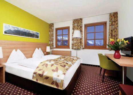 Hotelzimmer mit Ski im Alphotel Innsbruck