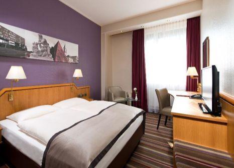 Hotelzimmer mit Hochstuhl im Leonardo Hotel Karlsruhe