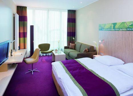 Hotelzimmer mit Hochstuhl im Mövenpick Hotel Frankfurt City