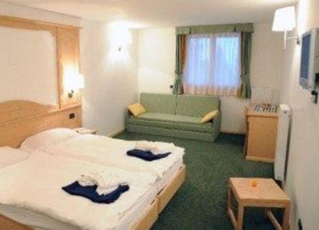 Hotelzimmer mit Tischtennis im Hotel Alpine Mugon