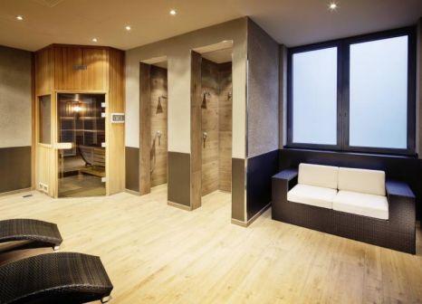 Hotelzimmer mit Hochstuhl im pentahotel Leipzig