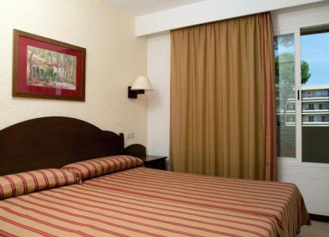 Hotelzimmer mit Mountainbike im BelleVue Club