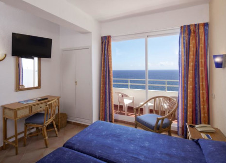 Hotelzimmer mit Mountainbike im JS Cape Colom