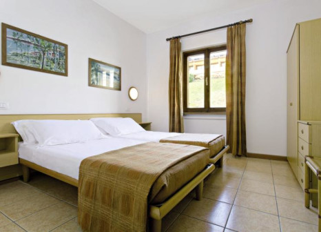 Hotelzimmer mit Mountainbike im Poiano Resort