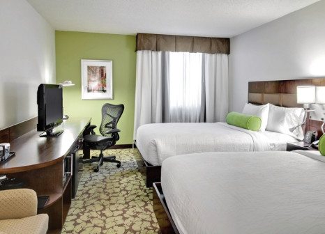 Hotelzimmer mit Hochstuhl im Hilton Garden Inn Los Angeles/Hollywood