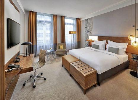 Hotelzimmer mit Mountainbike im Reichshof Hamburg, Curio Collection by Hilton