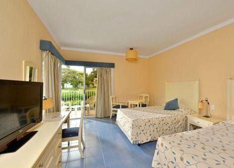 Hotelzimmer mit Volleyball im Iberostar Tainos