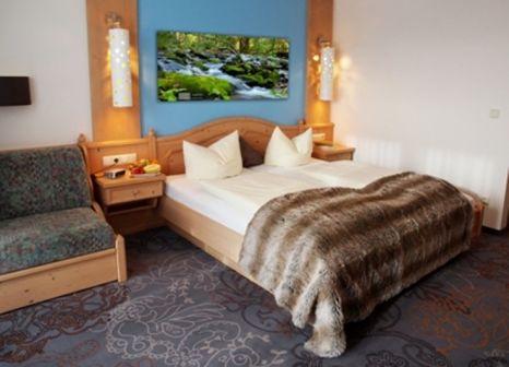 Hotelzimmer mit Ski im Landrefugium Obermüller Selfness u. Balance Hotel