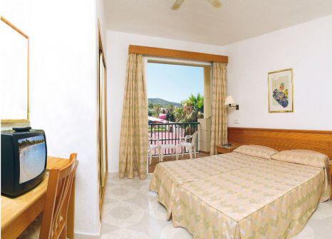 Hotelzimmer mit Mountainbike im Occidental Ibiza