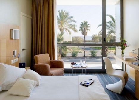 Hotelzimmer mit Hochstuhl im Occidental Atenea Mar