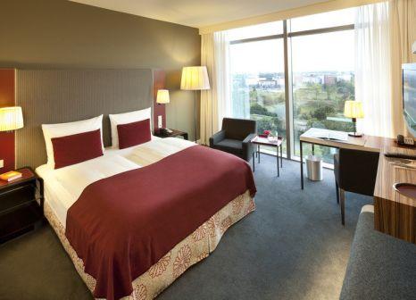 Hotelzimmer mit Mountainbike im Radisson Blu Hotel Frankfurt