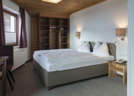 Hotelzimmer mit Ski im Neuwirt