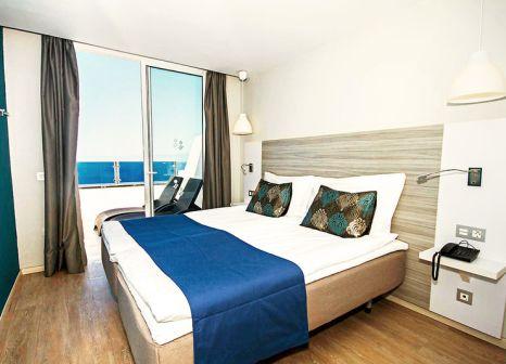 Hotelzimmer mit Mountainbike im Servatur Puerto Azul