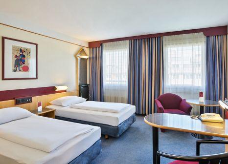 Hotelzimmer mit Hochstuhl im Austria Trend Hotel Lassalle