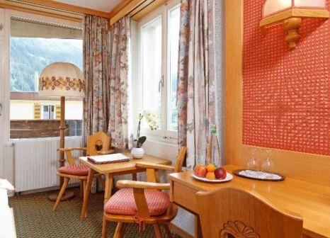 Hotelzimmer mit Hochstuhl im Hotel Derby