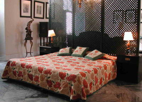 Hotelzimmer mit Hochstuhl im Hostal Valencia
