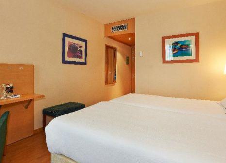 Hotelzimmer mit Hochstuhl im NH Porta Barcelona