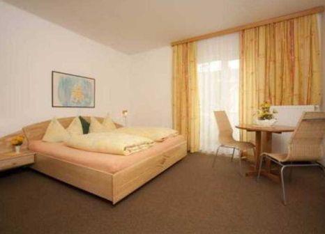 Hotelzimmer mit Mountainbike im Familienhotel Villa Flora