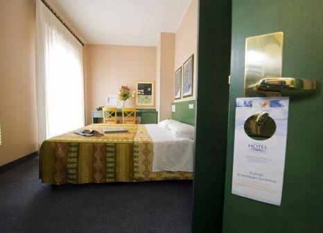 Hotelzimmer mit Hochstuhl im Best Western Hotel Mediterraneo