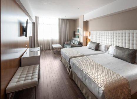 Hotelzimmer mit Hochstuhl im Catalonia Ramblas