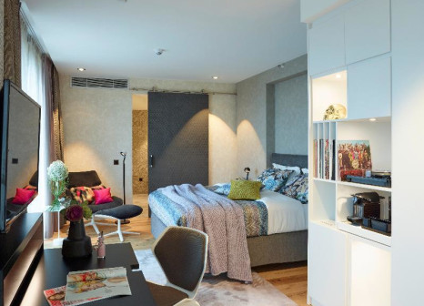 Hotelzimmer mit Hochstuhl im Radisson Blu Köln