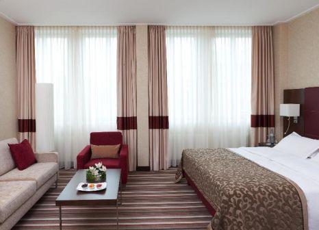 Hotelzimmer mit Hochstuhl im Steigenberger Graf Zeppelin