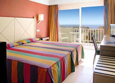 Hotelzimmer mit Volleyball im Blau Punta Reina Resort