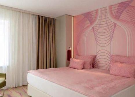 Hotelzimmer mit Hochstuhl im nhow Berlin
