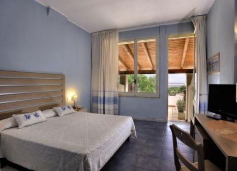 Hotelzimmer mit Volleyball im Club Hotel Cala della Torre