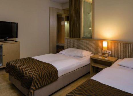 Hotelzimmer mit Hochstuhl im Max Brown 7th District Wien