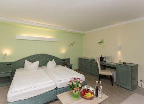 Hotelzimmer mit Mountainbike im SEETELHOTEL Familienhotel Waldhof