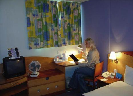 Hotelzimmer mit Hochstuhl im Days Hotel London-Waterloo