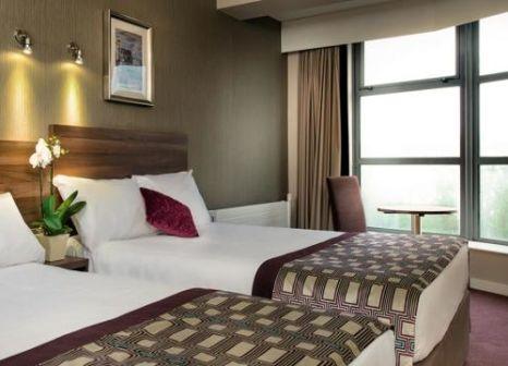 Hotelzimmer mit Hochstuhl im Jurys Inn Glasgow