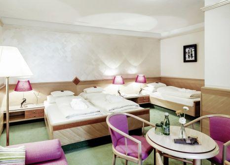Hotelzimmer mit Ski im Schrofenstein