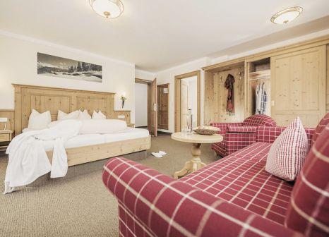 Hotelzimmer mit Ski im Hotel Dorfwirt Lenz