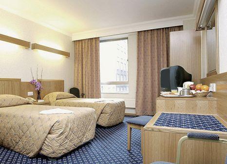 Hotelzimmer mit Hochstuhl im The Royal National Hotel