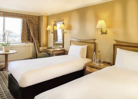 Hotelzimmer mit Hochstuhl im Copthorne Tara Hotel London Kensington