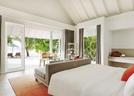 Hotelzimmer mit Volleyball im LUX* South Ari Atoll