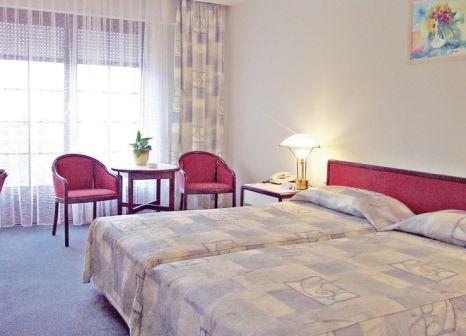Hotelzimmer mit Mountainbike im Thermal Aqua