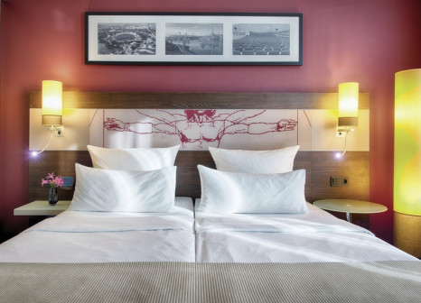 Hotelzimmer mit Mountainbike im Leonardo Royal Hotel Munich