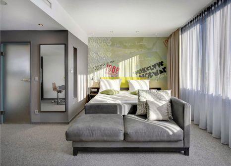 Hotelzimmer mit Hochstuhl im Hotel Berlin Berlin