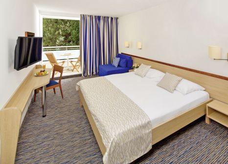 Hotelzimmer mit Volleyball im Hotel Valamar Sanfior