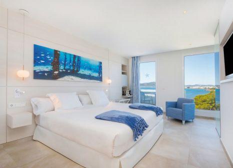 Hotelzimmer mit Volleyball im Iberostar Selection Santa Eulalia