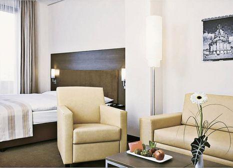 Hotelzimmer mit Hochstuhl im InterCityHotel Dresden