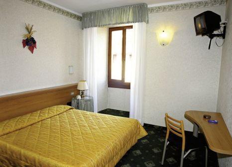 Hotelzimmer mit Tischtennis im Hotel Miralago