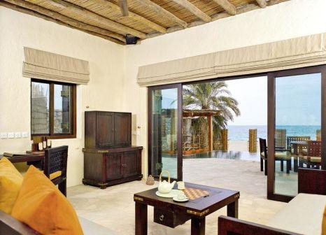 Hotelzimmer mit Mountainbike im Six Senses Zighy Bay Resort