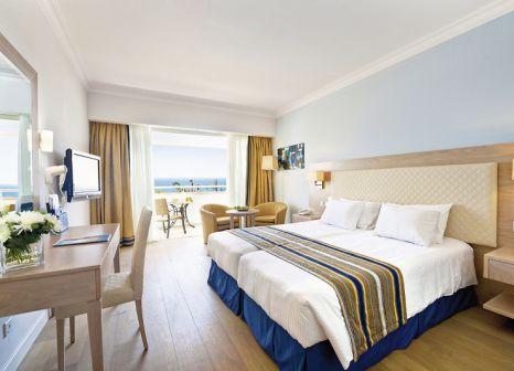 Hotelzimmer mit Volleyball im Olympic Lagoon Resort Paphos