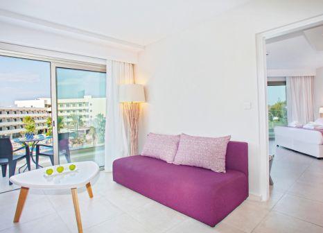 Hotelzimmer mit Mountainbike im Atlantica Aeneas Resort & Spa