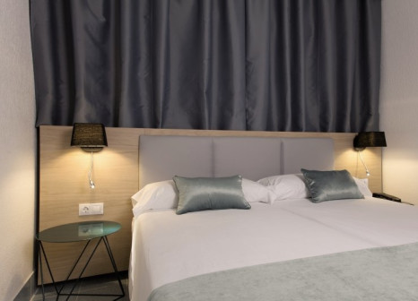 Hotelzimmer mit Mountainbike im Suite Hotel Fariones